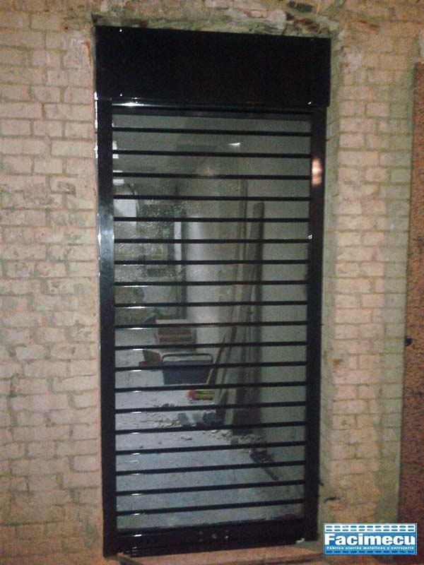 Cierre metálico enrollable de lama fc115 micro perforada instalado en Madrid
