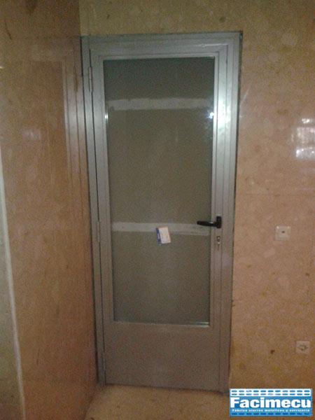 Puerta abatible lacada al horno con vidrio de seguridad