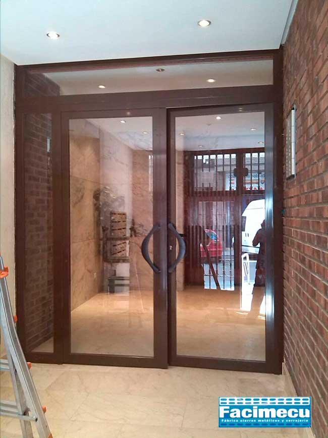 Puerta de aluminio de portal con vidrio laminar 4+4