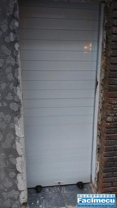 Puerta enrollable de aluminio extrusionado lacado blanco automatizada