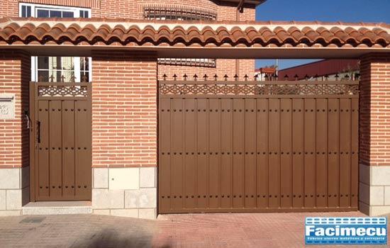 Puertas fabricada en chapa plegada con detalles decorativos