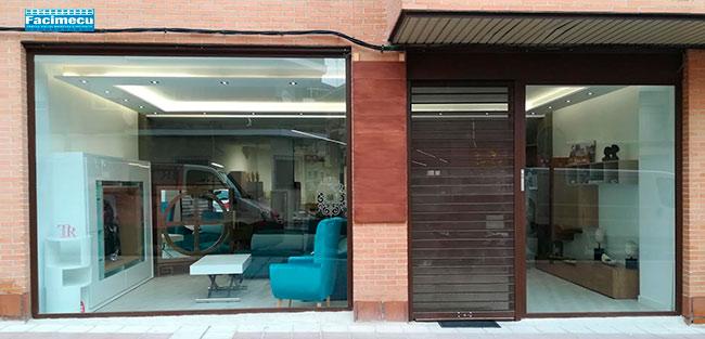 Fachada comercial, puerta enrollable y puerta automatica de crista