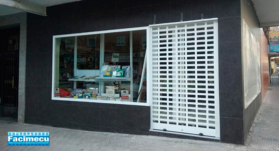 Fachada comercial fijo acero lacado y puerta enrollable aluminio