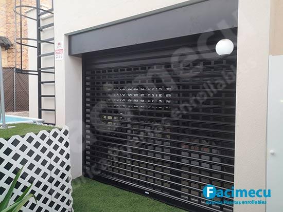 Puerta enrollable lama FC115 troquelada