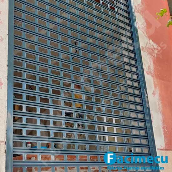Cierre enrollable lama fc115 troquelado instalado en local comercial