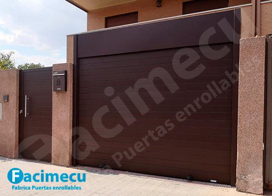 Puerta enrollable aluminio extrusionado y puerta peatonal lama FC2p-100