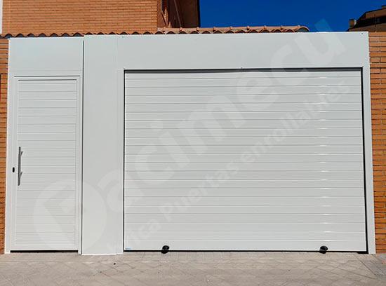 Puerta peatonal y puerta enrollable de aluminio, después.